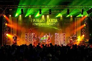 Große Bühne mit viel Publikum davor. Fette Ton- und Lichttechnik