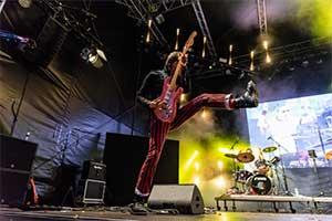 Gitarrist von der Bühnenseite bei Showeinlage fotografiert.